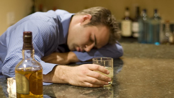 Специалисты-неврологи предупреждают: выпивая, нельзя терять голову